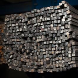 Négyzet keresztmetszetű acél rúd